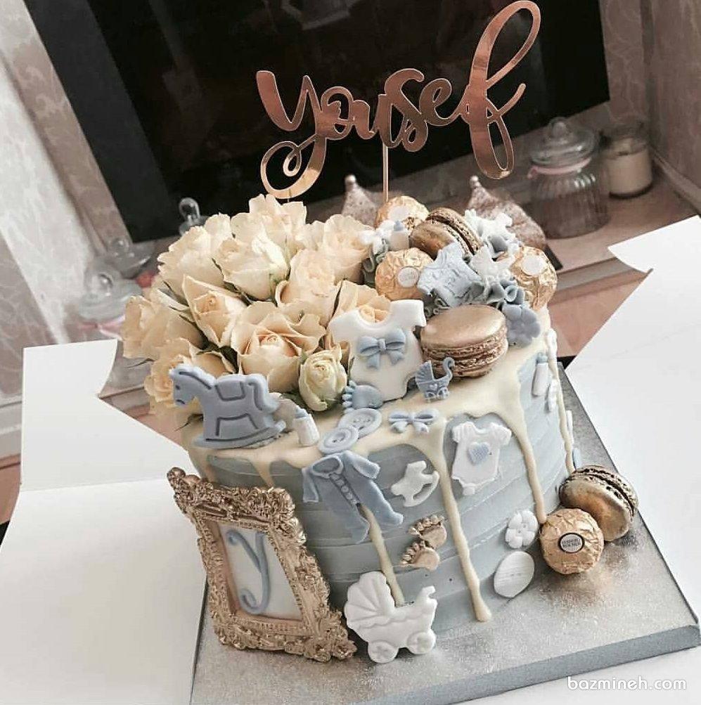 مینی کیک زیبای جشن بیبی شاور پسرونه تزیین شده با ماکارون و کوکی و گل های رز طبیعی با تم کرم آبی طلایی
