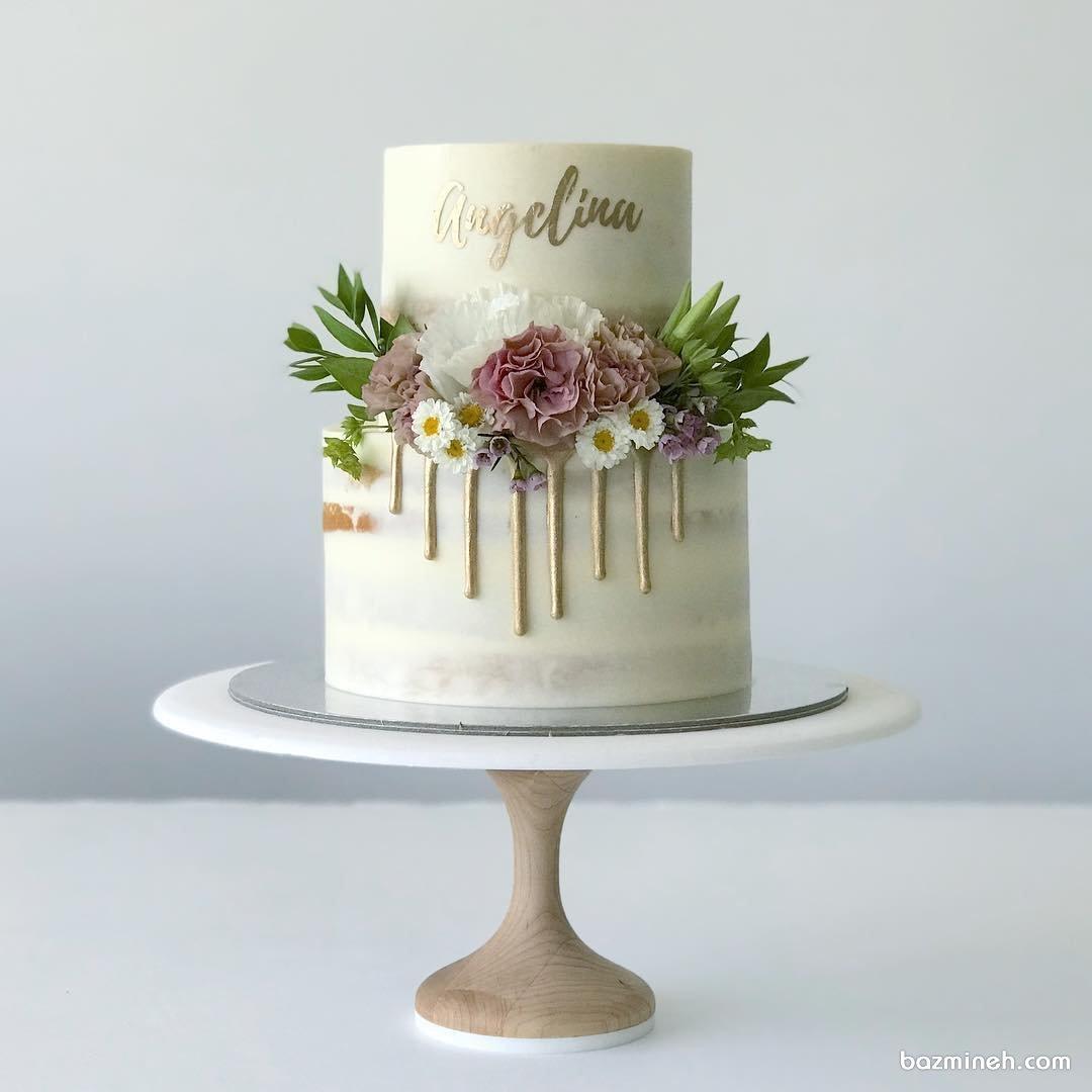 کیک دو طبقه جشن تولد بزرگسال تزیین شده با گل های طبیعی