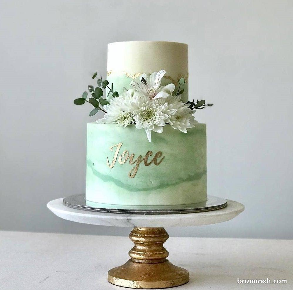 کیک ساده و شیک جشن تولد بزرگسال یا سالگرد ازدواج با تم سفید سبز تزیین شده با گل های طبیعی