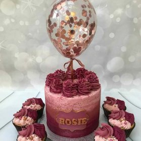 کیک و کاپ کیک های جشن تولد بزرگسال با تم زرشکی و رزگلد