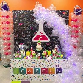 دکوراسیون و بادکنک آرایی جالب جشن تولد کودک با تم آزمایشگاه مناسب برای شیمیدان کوچولوها