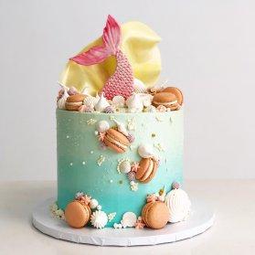 مینی کیک زیبای جشن تولد دخترونه با تم پری دریایی تزیین شده با ماکارون