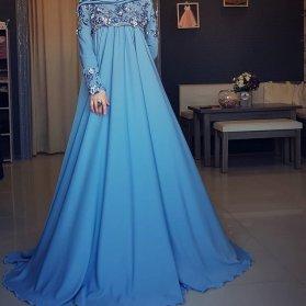 مدل پیراهن بلند زنانه با پارچه حریر آبی رنگ و گل های برجسته کار شده در بالا تنه و دامن کلوش مناسب برای عروس خانم ها در مراسم عقد محضری