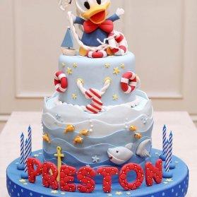 کیک دو طبقه جشن تولد پسرونه با تم اردک ملوان