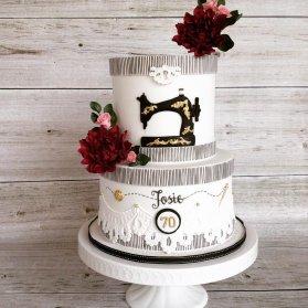 کیک دو طبقه فوندانت جشن تولد بزگسال با تم خیاطی مناسب برای خیاط های مهربون