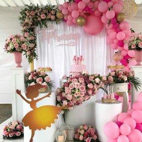 دکوراسیون و بادکنک آرایی زیبای جشن تولد دخترونه با تم بالرین همراه با گل آرایی گل های رز طبیعی صورتی