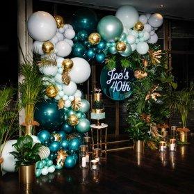 دکوراسیون شیک و یونیک جشن تولد بزرگسال با تم سبز طلایی