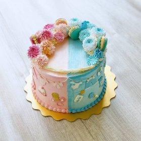 کیک جالب جشن بیبی شاور یا تعیین جنسیت با تم صورتی آبی تزیین شده با ماکارون و گل های خامه ای