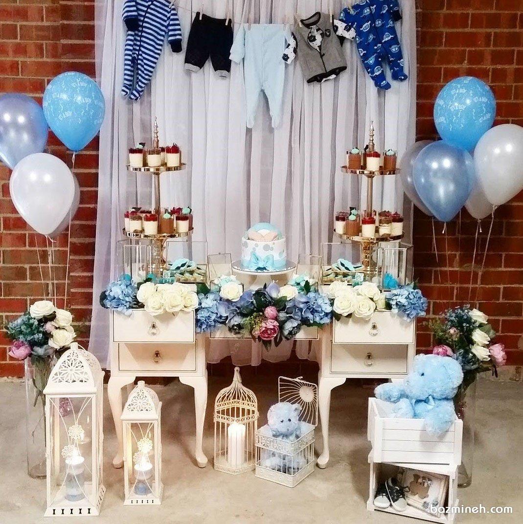 دکوراسیون و بادکنک آرایی بامزه جشن بیبی شاور پسرونه با تم سفید آبی همراه با گل آرایی