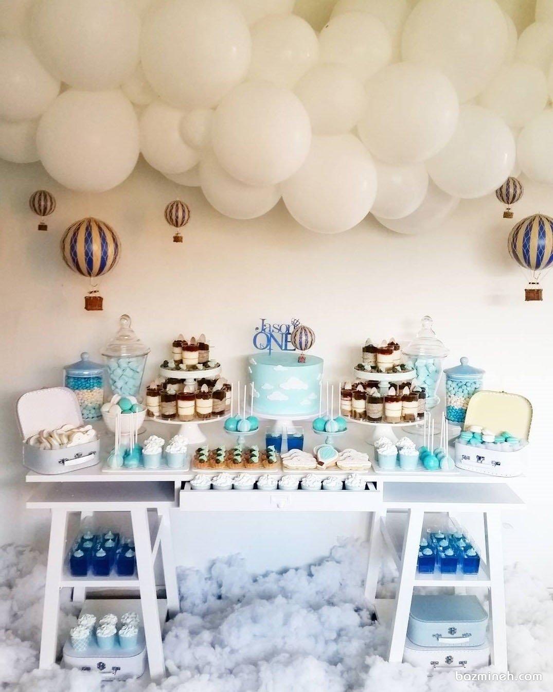 دکوراسیون و بادکنک آرایی جشن تولد یکسالگی پسرونه با تم بالن سفید آبی و ایده جالب درست کردن ابرهای پنبه ای و بالن با توپ های پلاستیکی