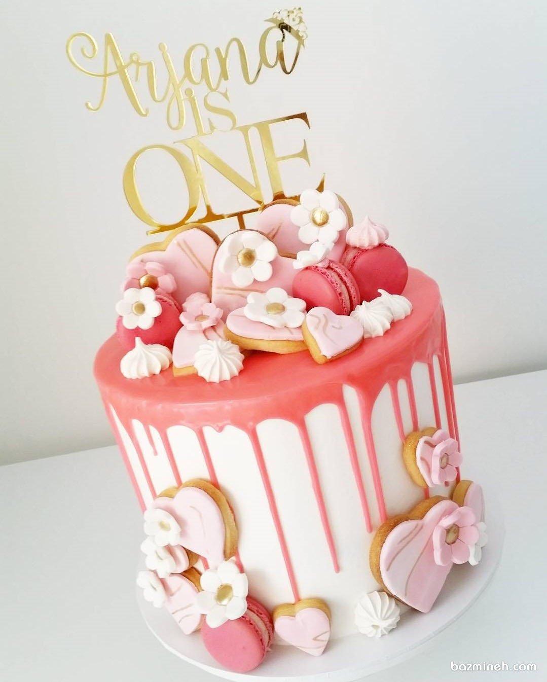 مینی کیک زیبای جشن تولد یکسالگی دخترونه با تم سفید صورتی تزیین شده با کوکی و ماکارون