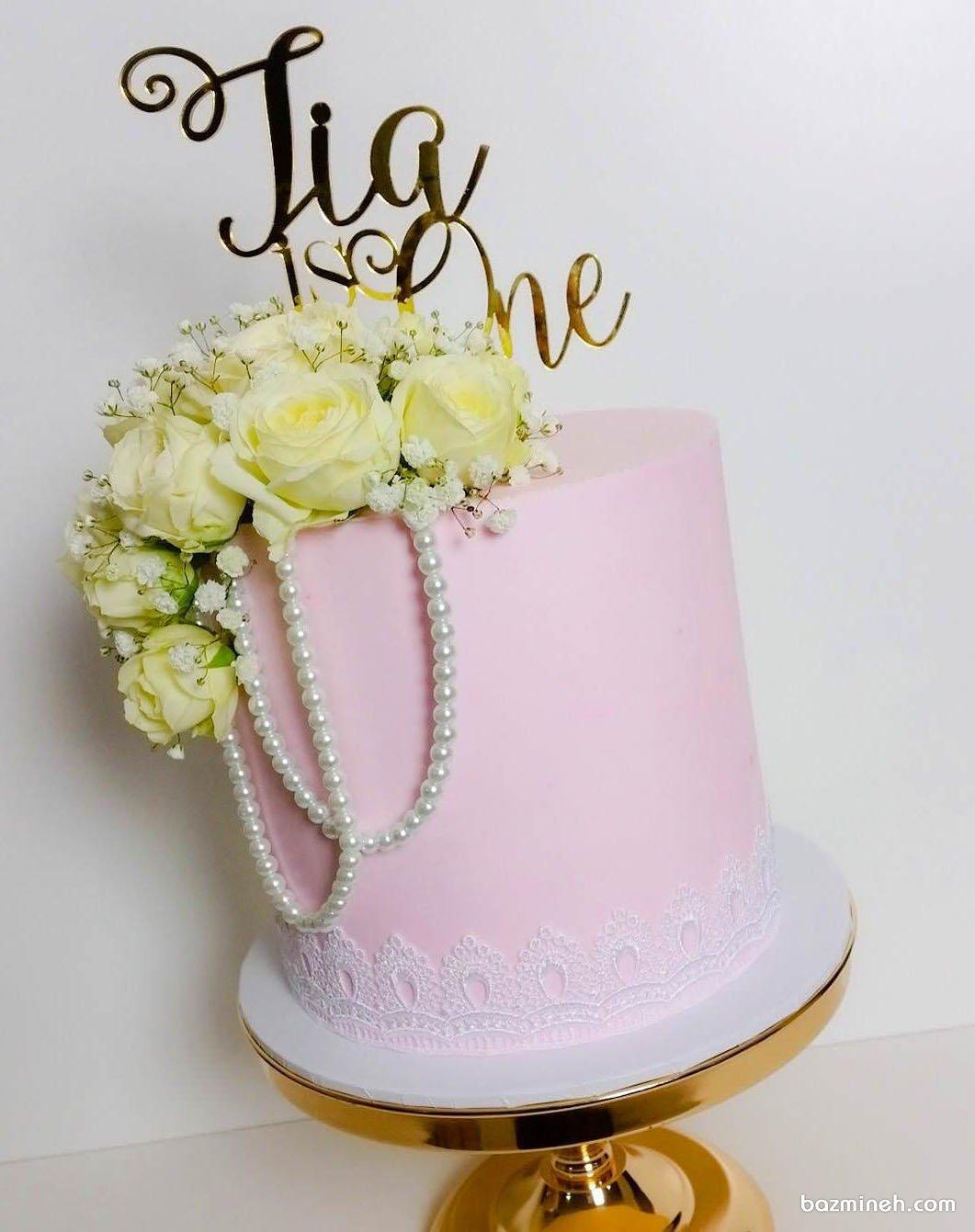 کیک رمانتیک جشن تولد دخترونه با تم صورتی تزیین شده با گل های رز زرد و مروارید