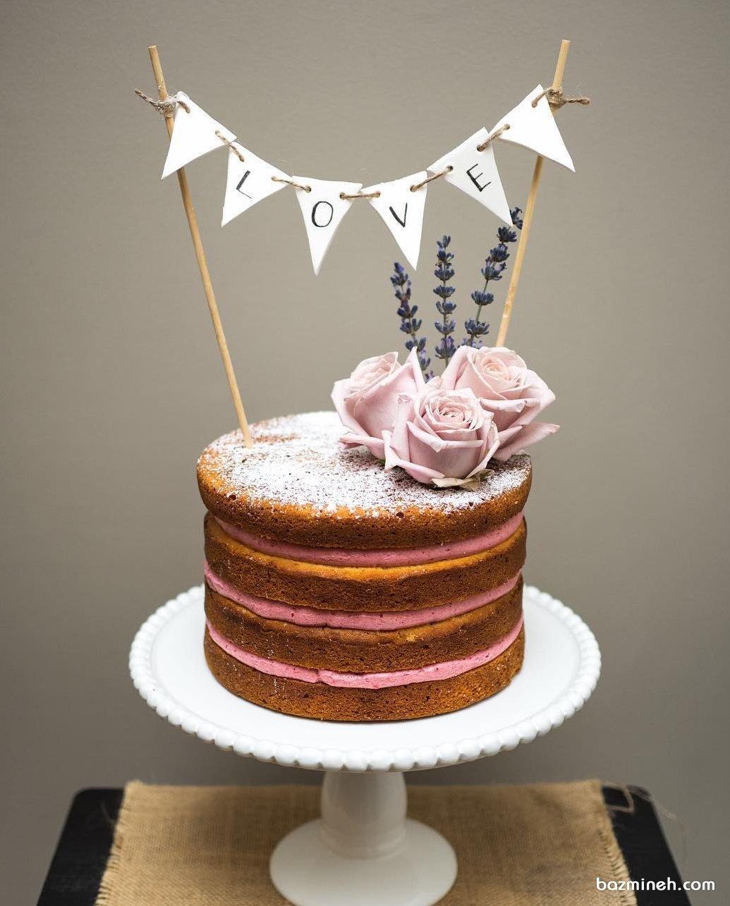 کیک اسفنجی جشن سالگرد ازدواج با تزیین گل های رز طبیعی صورتی