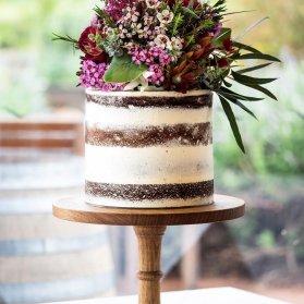 کیک بدون روکش جشن تولد یا سالگرد ازدواج با تزیین گلهای وحشی به سبک بوهو