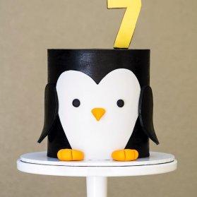 کیک فوندانت جشن تولد کودک با تم پنگوئن