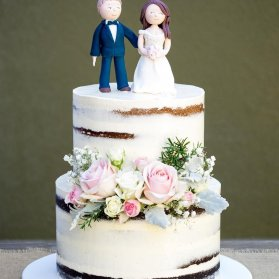 کیک دو طبقه جشن عروسی با نمادی از عروس و داماد و استایل وینتج