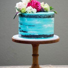 کیک بدون روکش جشن تولد یا سالگرد ازدواج با تزیین گل های رز طبیعی