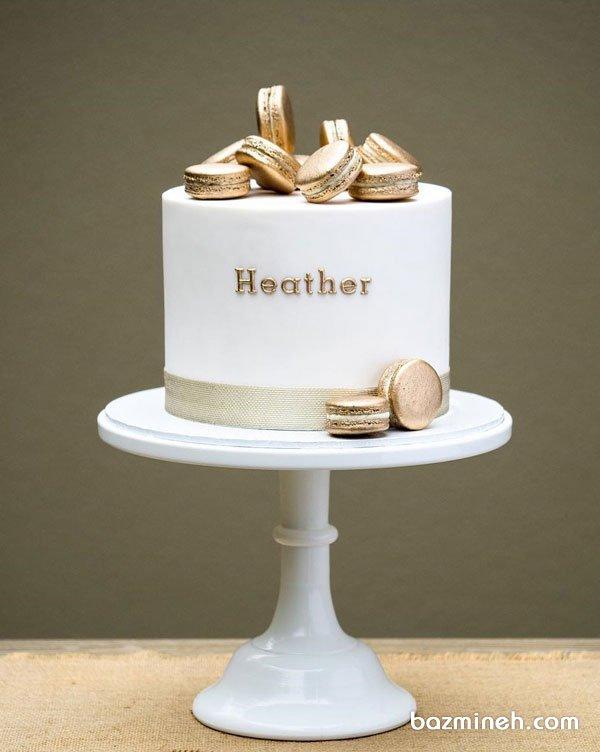 کیک شیک جشن تولد بزرگسال با تم سفید طلایی تزیین شده با ماکارون
