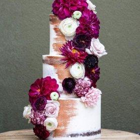 کیک سه طبقه جشن نامزدی یا سالگرد ازدواج تزیین شده با گلهای طبیعی مناسب برای استایل وینتج