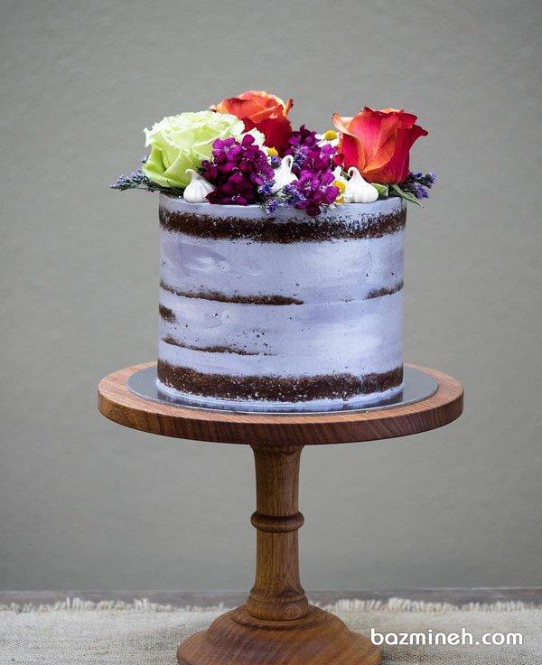 کیک شکلاتی اسفنجی جشن تولد بزرگسال با تم یاسی با دیزاین گل های طبیعی