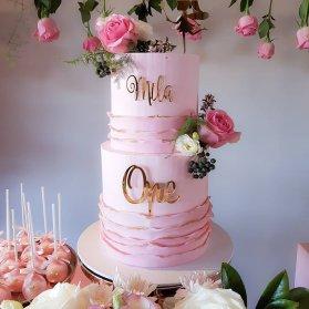 کیک دو طبقه خامه ای جشن تولد دخترونه با تم صورتی طلایی و دیزاین گلهای رز طبیعی