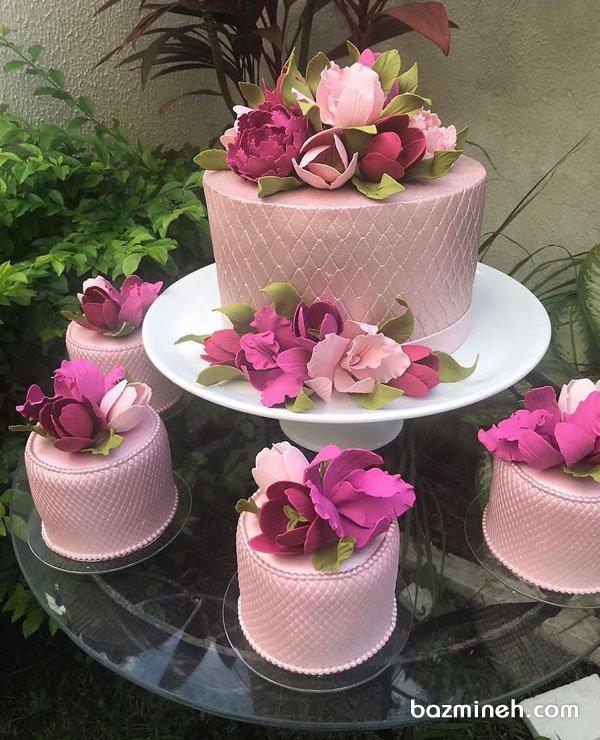 کیک و مینی کیک های رویایی جشن تولد یا سالگرد ازدواج با تم صورتی و تزیین گلهای فوندانت