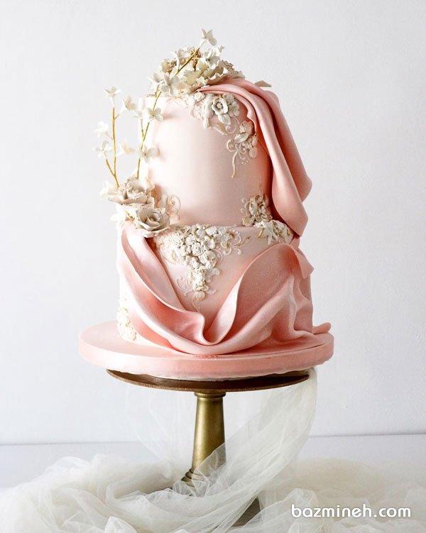 کیک دو طبقه منحصر به فرد جشن نامزدی یا سالگرد ازدواج با تم صورتی سفید