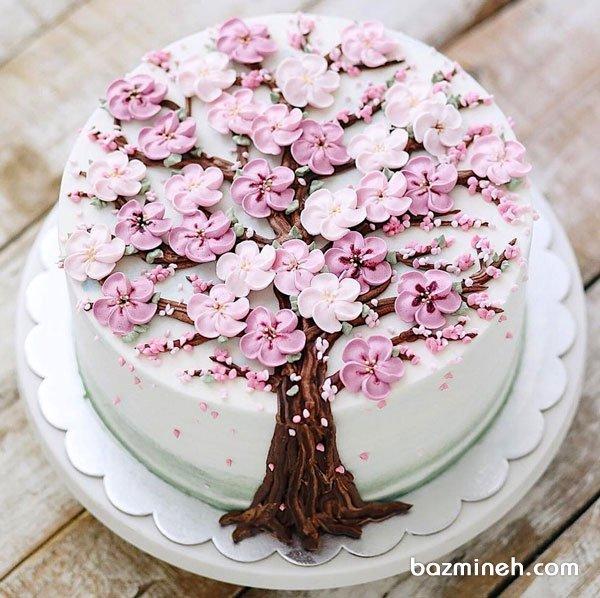 کیک خامهای جشن تولد بزرگسال با تزیین شکوفه های خامه ای