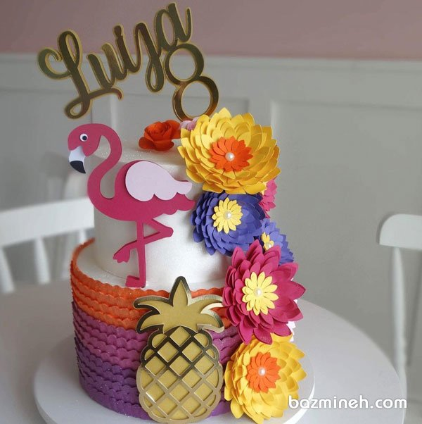 کیک دو طبقه خامه ای جشن تولد دخترونه با تم جذاب فلامینگو و تزیین زیبای گلهای کاغذی