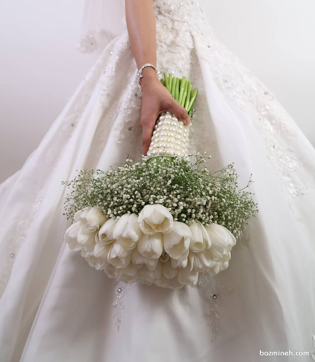 دسته گل زیبای عروس با گل های صد تومانی سفید رنگ بسته شده با تور مروارید دوزی شده