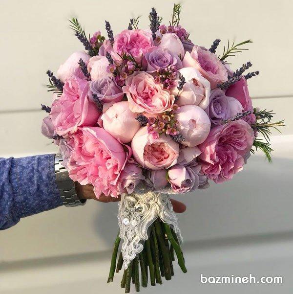 دسته گل رمانتیک عروس با گلهای صد تومانی و رز صورتی یاسی