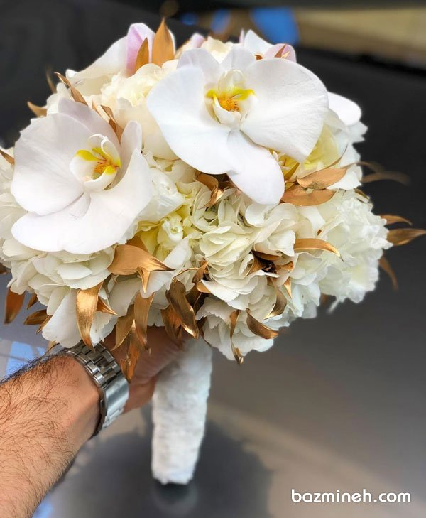 دسته گل ساده و زیبای عروس با گلهای ارکیده و تم سفید طلایی