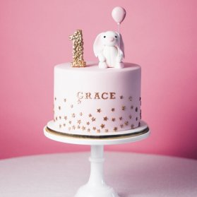 کیک فانتزی جشن تولد یکسالگی دخترونه با تم خرگوش صورتی طلایی