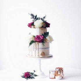 کیک بدون روکش جشن نامزدی یا سالگرد ازدواج تزیین شده با گلهای رز طبیعی و ماکارون مناسب برای استایل عروسی بوهو