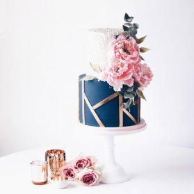 کیک دو طبقه منحصر به فرد جشن تولد بزرگسال یا سالگرد ازدواج با تم سومهای صورتی طلایی