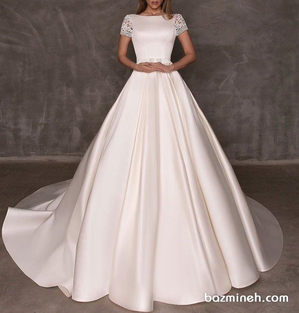 لباس عروس ساده و شیک دنباله دار با یقه گرد و آستین کوتاه گیپوری مدلی زیبا برای عروس خانمهای ساده پسند