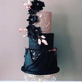 کیک سه طبقه یونیک جشن نامزدی یا سالگرد ازدواج با تم مشکی صورتی و تزیین زیبای گلهای خشک شده