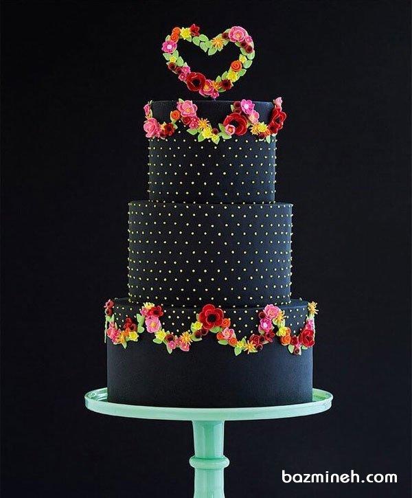 کیک چند طبقه خاص جشن نامزدی یا سالگرد ازدواج با تم مشکی و تزیین گلهای فوندانت