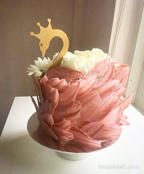 کیک رویایی جشن تولد دخترونه با تم قو تزیین شده با گلهای طبیعی