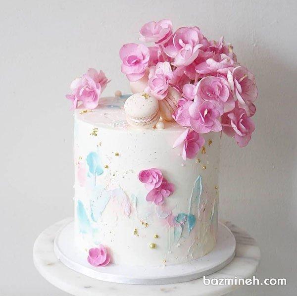 کیک رمانتیک جشن سالگرد ازدواج با تم سفید صورتی تزیین شده با گلهای طبیعی