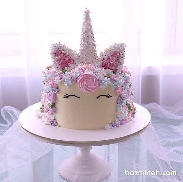 کیک جشن تولد دخترونه با تم اسب تک شاخ (یونیکورن) با تزیین گلهای خامهای