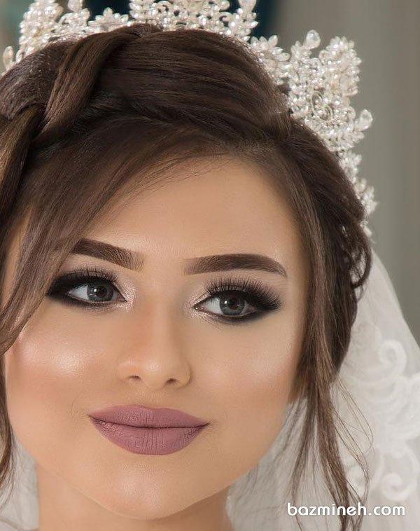 میکاپ عروس با سایه دودی نقره ای و لنز طوسی رنگ