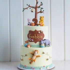 کیک دو طبقه فوندانت جشن تولد کودک با تم پو و دوستان