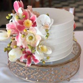 مینی کیک رمانتیک جشن تولد یا سالگرد ازدواج تزیین شده با گلهای ارکیده سفید صورتی