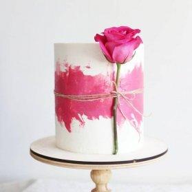 کیک رمانتیک جشن سالگرد ازدواج با تم سفید صورتی و تزیین ساده و زیبای گل رز طبیعی
