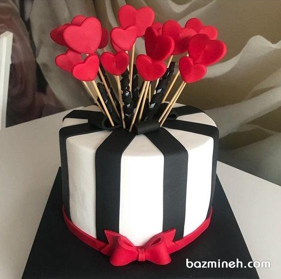کیک فوندانت روز عشق (ولنتاین) با تم سفید مشکی قرمز