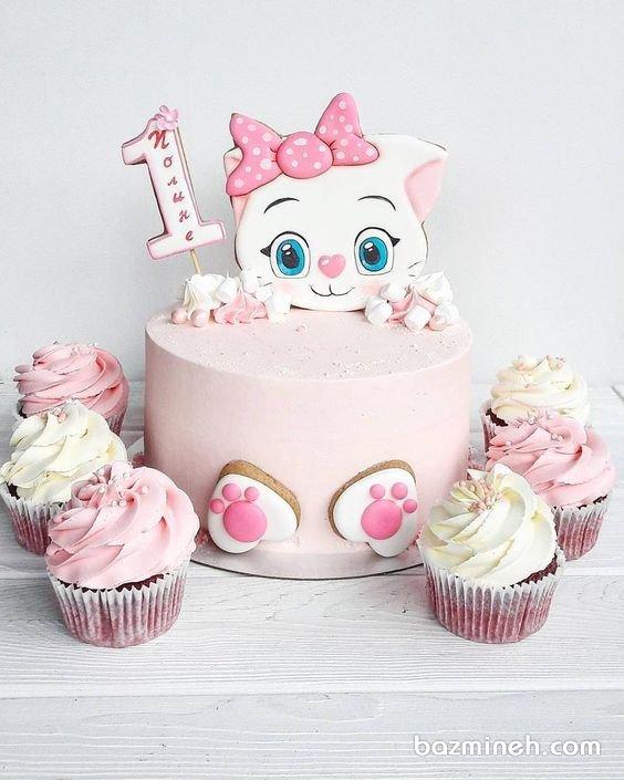 کیک و کاپ کیکهای جشن تولد یکسالگی دخترونه با تم پیشی سفید صورتی