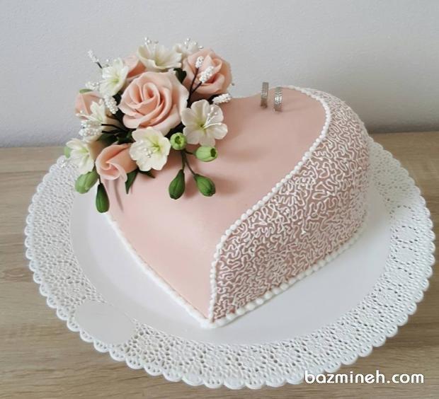 کیک عاشقانه جشن نامزدی با تم گلبهی سفید با تزیین گلهای خمیری فوندانت