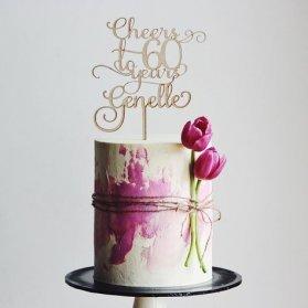 کیک ساده و زیبای جشن تولد بزرگسال با تم سفید صورتی با تزیین گلهای لاله طبیعی