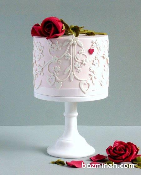 کیک زیبای جشن سالگرد ازدواج با تزیین گل رز قرمز